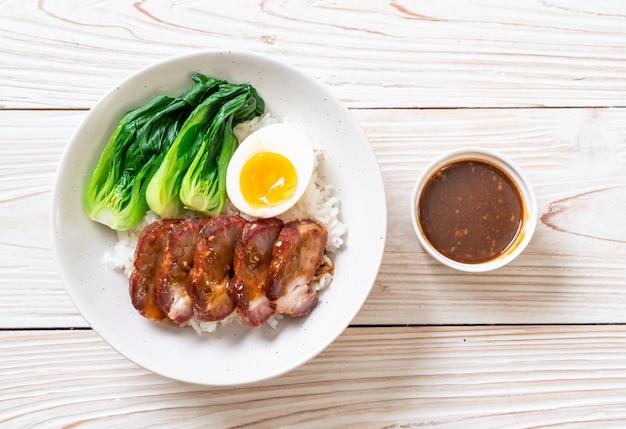 Asado de cerdo rojo asado sobre arroz cubierto