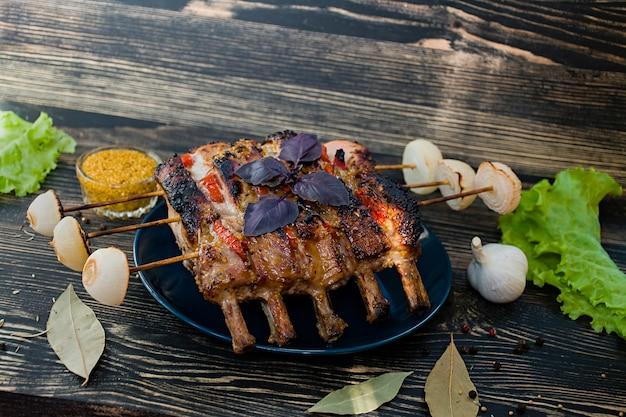 Asado de costilla de cerdo con verduras frescas al horno