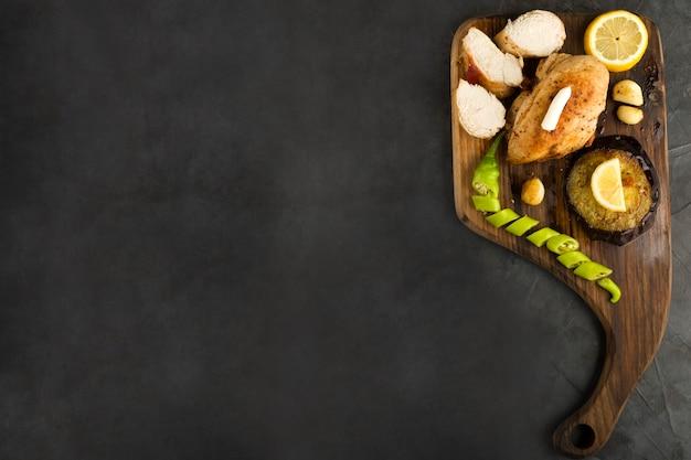 Asado de filete de pechuga de pollo con especias y salsas