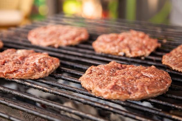 Asado en una parrilla chuletas para hamburguesas sobre carbón.