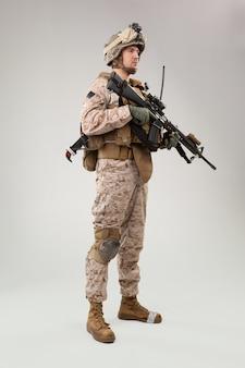 El asaltante del comando de operaciones especiales del cuerpo de marines de estados unidos con arma.