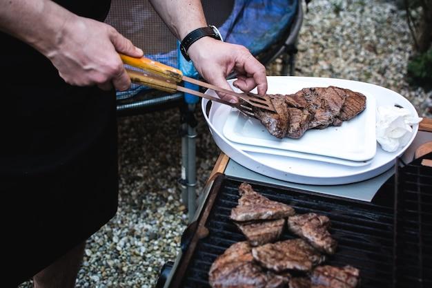Asar carne a la parrilla