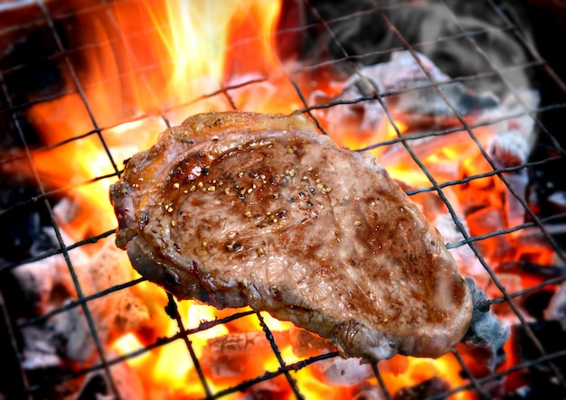 Asar filetes de pimienta en llamas