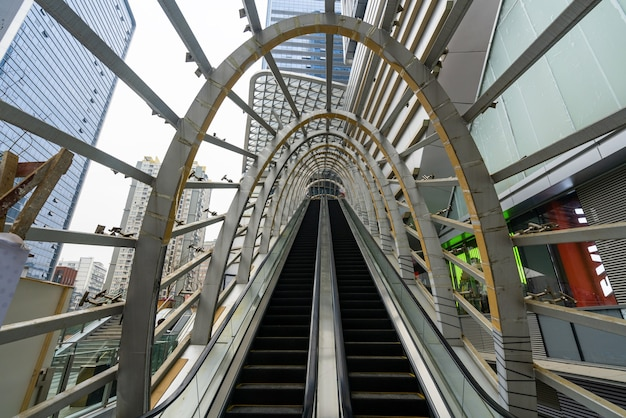 El ascensor móvil se encuentra en la plaza del centro comercial, shenzhen, china