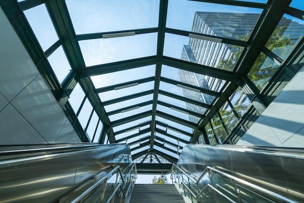 Ascensores y modernos edificios de oficinas en el centro financiero