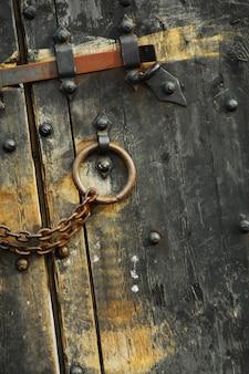 Asegure las puertas de madera # 1