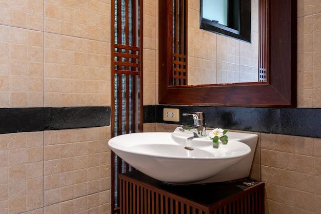 Aseo y lavabo en villa de lujo con piscina