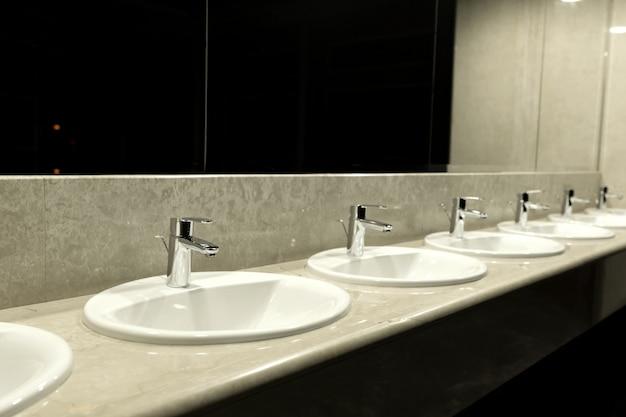 Aseo público y baño interior con lavabo.