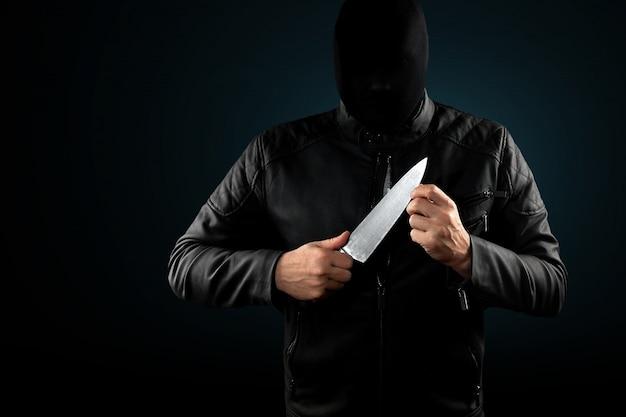 El asesino en serie, un loco con un cuchillo y un chuolkom negro en la cabeza.