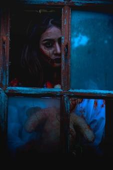 Asesino del vestido del desgaste de la mujer joven asiática para halloween