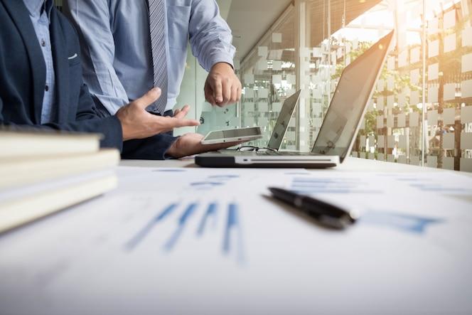 Asesor comercial analizando cifras financieras que denotan el progreso en el trabajo de la empresa.