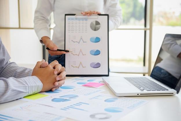 Asesor comercial que analiza el progreso financiero que denota el servicio de impuestos internos que comprueba d