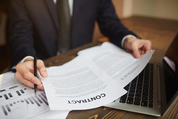 Asesor comercial que trabaja con documentación