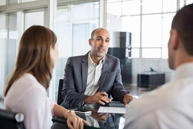 Asesor financiero con clientes