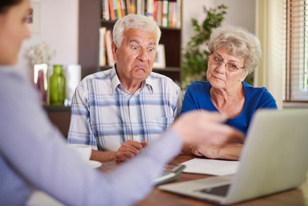 Asesor financiero dando un consejo a pareja senior