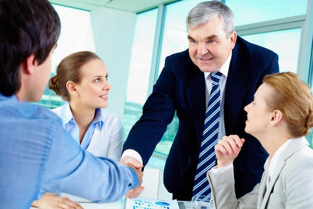 Asesor financiero presentándose
