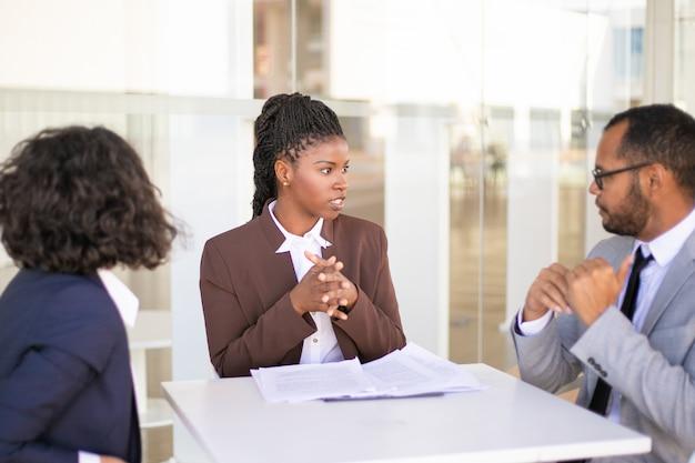 Asesor que explica los detalles del documento a los clientes.