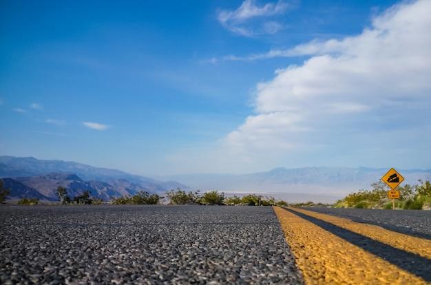 Asfalto, primer plano de la superficie de la carretera. paisaje con camino en el valle de la muerte. estados unidos.