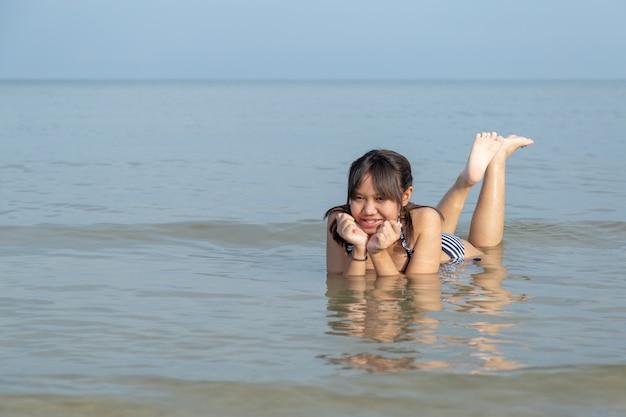 Asia adolescentes en bikini en la playa.