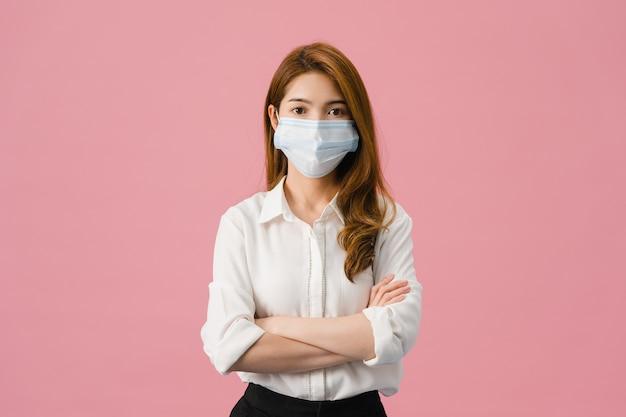 Asia joven chica con mascarilla médica con los brazos cruzados.