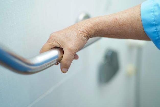 Asia mayor o anciana anciana mujer paciente uso aseo mango seguridad en enfermería hospi