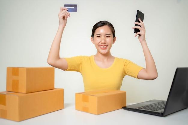 Asia mujer puesta en marcha de negocios en línea
