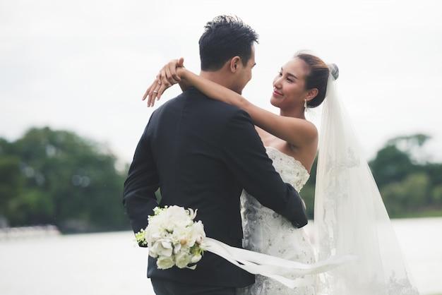 Asia novia y el novio en el río
