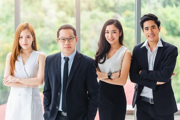 Asian business team standing portrait trabajadores exitosos de la compañía