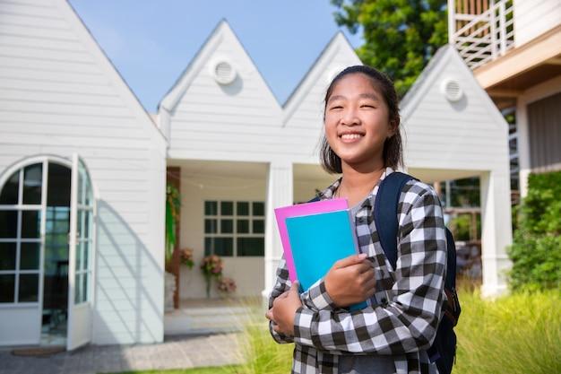 Asiática adolescente feliz de ir a la universidad
