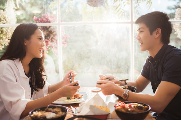 Los asiáticos comen en el restaurante por la mañana.