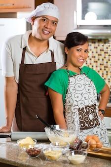 Asiatisches paar beim kuchen backen en küche