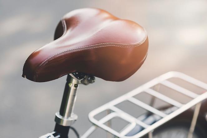 Asiento de cuero marrón de una bicicleta