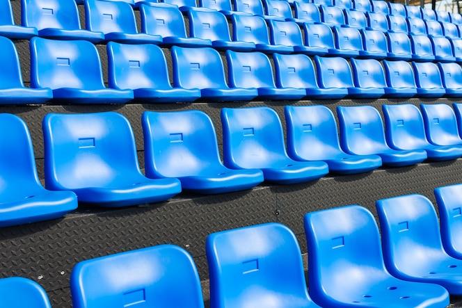 Asientos azules en la tribuna