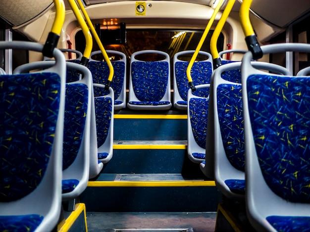 Asientos interiores nocturnos del bus nocturno que van en la ciudad