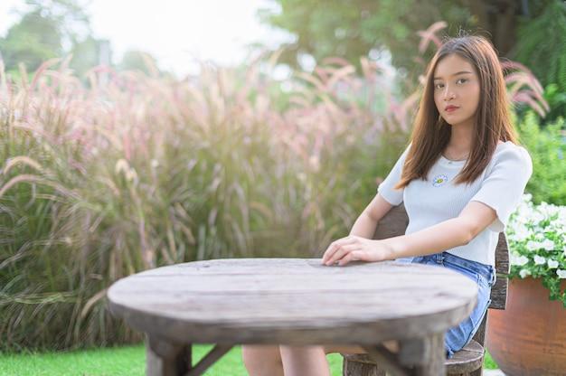 Asientos de mujer hermosa en el parque