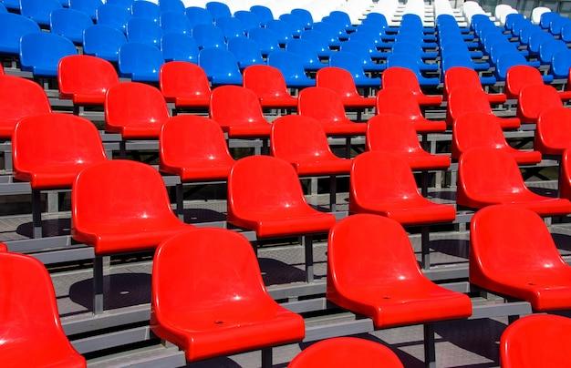 Asientos de plástico en el estadio