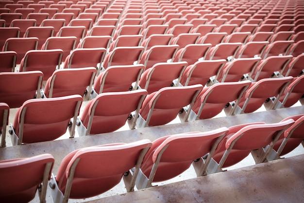 Asientos rojos vacíos en un estadio de fútbol