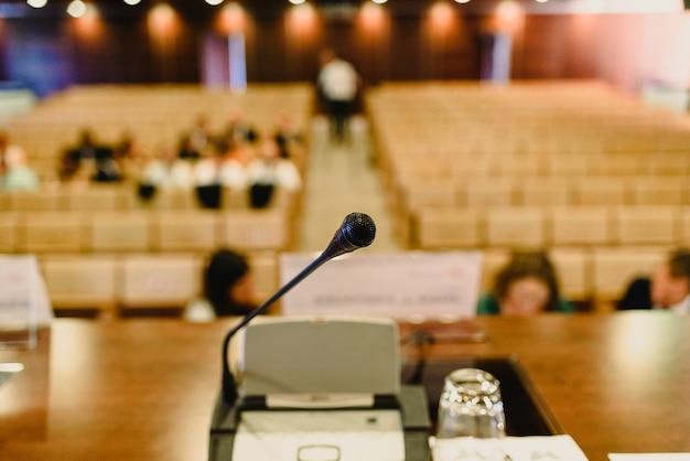 Asientos vacíos en un auditorio para congresos