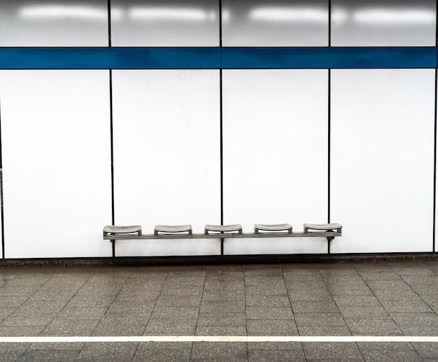 Asientos vacíos en la estación de metro de munich