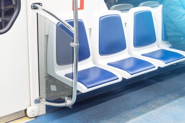 Asientos vacíos gratuitos en transporte público de pasajeros, interior