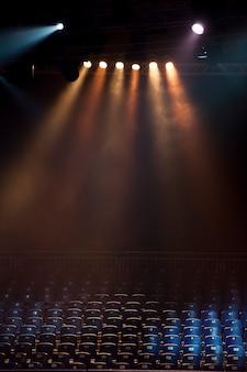 Asientos vacíos en un teatro