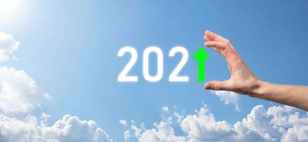 Asimiento de la mano 2021 icono positivo en la superficie del cielo