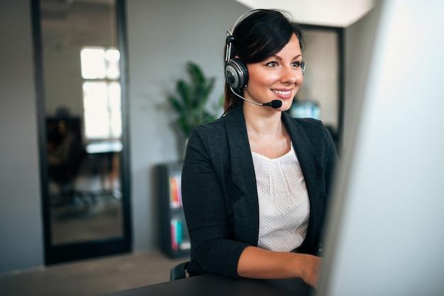 Asistencia de apoyo. ayudando a un concepto de cliente.