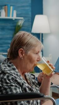 Asistente médico dando vaso con vitamina efervescente al paciente