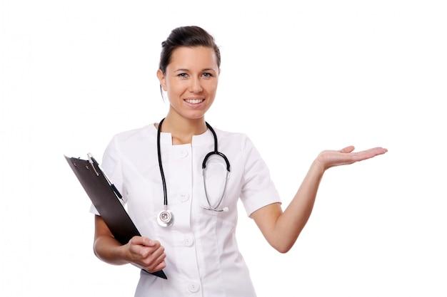 Asistente médico joven y hermoso