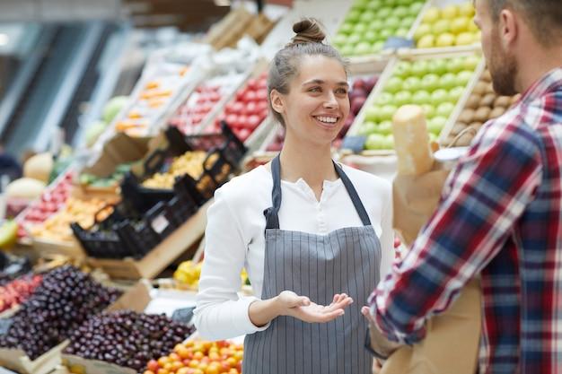 Asistente de tienda hablando con el cliente