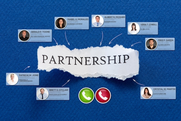 La asociación de trabajo en un trozo de papel rodeado de contactos en una videoconferencia