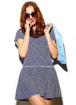 Aspecto de alta moda. glamour divertido elegante sexy sonriendo hermosa joven modelo en tela brillante hipster de verano
