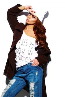 Aspecto de alta moda. glamour elegante hermosa morena joven modelo en tela brillante hipster de verano en gorro blanco en abrigo