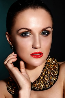 Aspecto de alta moda. retrato de primer plano glamour de hermosa morena caucásica joven modelo con cabello sano con piel limpia perfecta y joyas accesorios